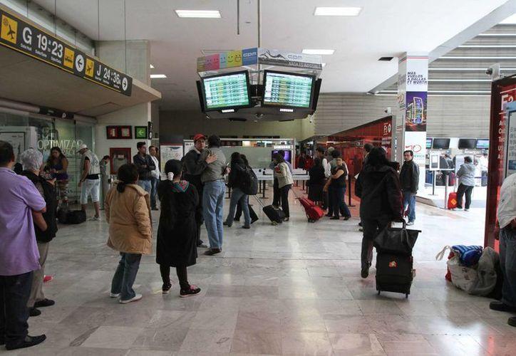 El delincuente pudo ser detenido en el Aeropuerto del DF -en la imagen-, pero elementos de la PGR lo dejaron en libertad. (Archivo/SIPSE)