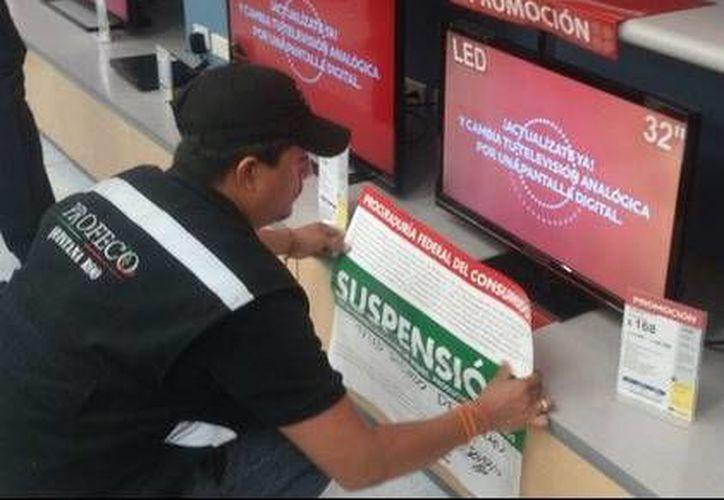 La Profeco colocó los sellos desde el sábado, cuando se percataron que habían alterado los precios de algunas televisiones. (Foto/jornada.unam.mx)
