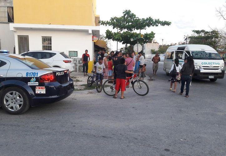 Algunas personas le echaban la culpa al chofer, sin embargo, el menor no se fijó al cruzar. (Foto: Redacción)