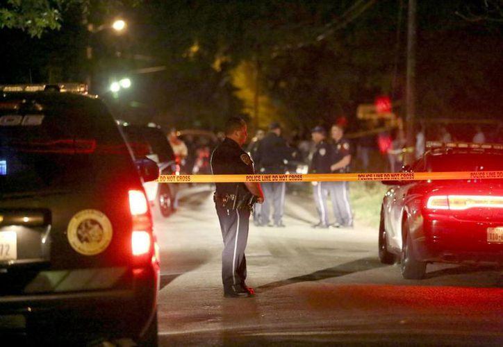 El sangriento hecho fue reportado a las 11:30 de la noche mediante una llamada anónima al 911. (Agencias)