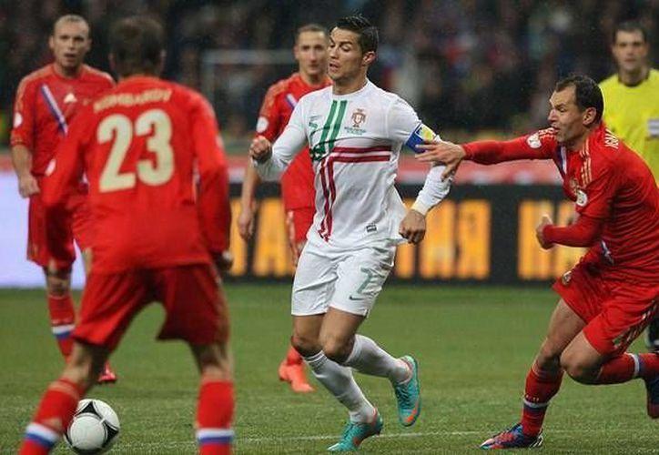 Cristiano Ronaldo tuvo mucha actividad con el club merengue, situación que le podría costar su participación en el Mundial. En la imagen 'CR7' disputa el esférico en un partido contra Rusia. (facebook.com)