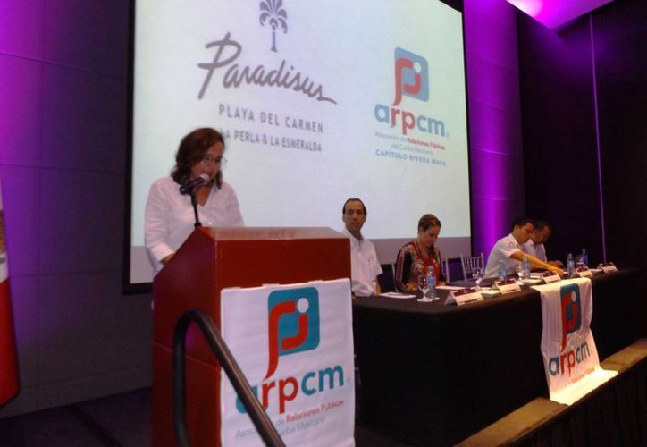 Ayer rindió protesta la directiva de la Asociación de Relaciones Públicas del Caribe Mexicano, capítulo Riviera Maya.  En la imagen Rocío Mena Rendiz, la presidenta, durante su primer discurso. (Daniel Pacheco/SIPSE)