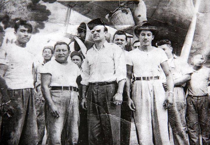 Fotografía de Reynaldo Puerto Manzanero (de sombrero), acompañado de Pedro Infante. (Juan Carlos Albornoz/SIPSE)