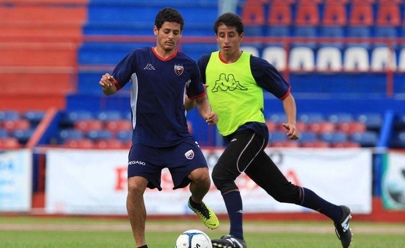 Alejandro Vela platica sobre los cuatro goles de su hermano Carlos en la liga española. (Ángel Mazariego/SIPSE)