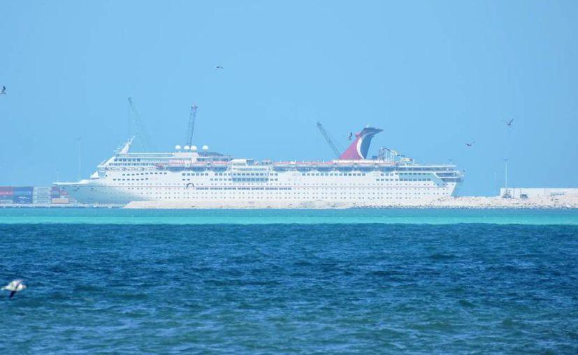 """El barco """"Carnival Fantasy"""" atracó este sábado en Progreso. (Gerardo Keb)"""