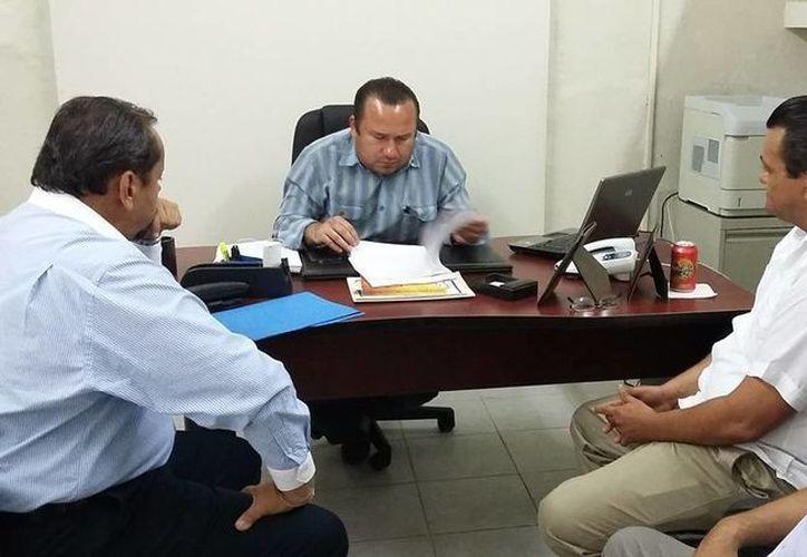Líderes panistas entregan la denuncia por reparto de tinacos al presidente del Consejo Municipal Electoral de Mérida Celso López Pérez. (SIPSE)