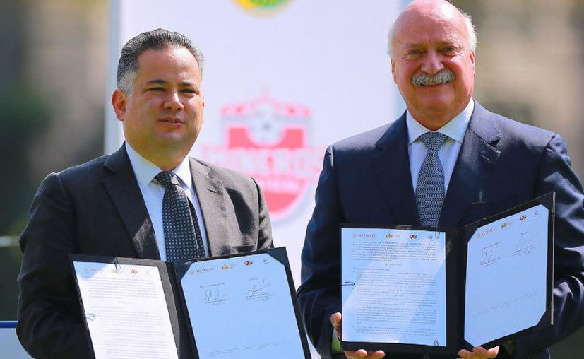 Santiago Nieto, titular de la Unidad de Inteligencia Financiera (izquierda) con Enrique Bonilla, titular de la Liga MX (Foto: @LigaBBVAMX)