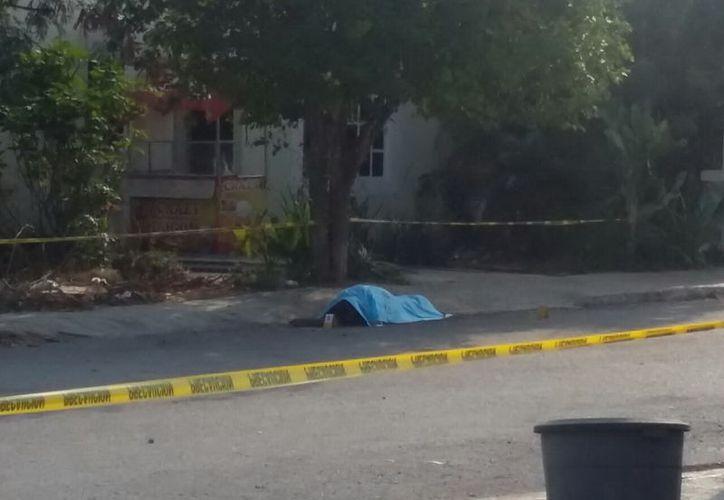 El cadáver quedó tirado en la calle, ya que la persona acuchillada intentó pedir auxilio. (SIPSE)