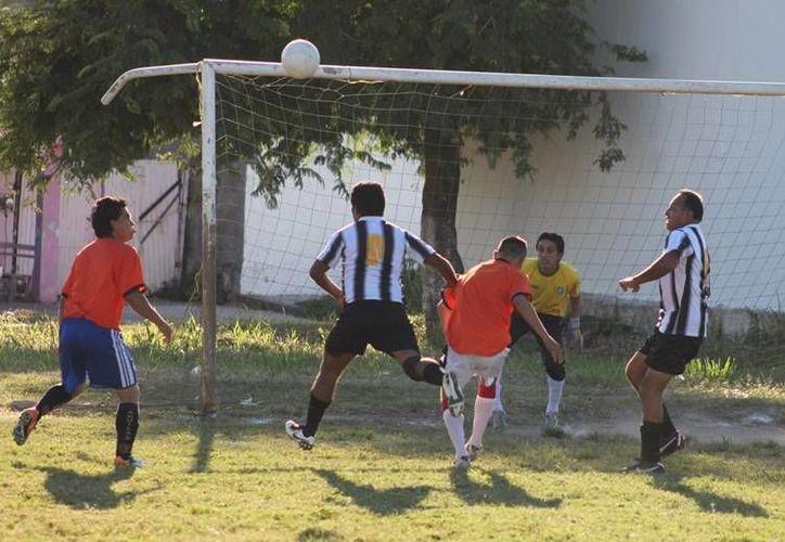 Con un contundente marcador de 2-0, los Galleros acabaron con Pandillas de Reforma. (Alberto Aguilar/SIPSE)