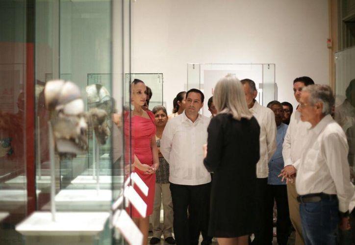 Durante la inauguración de la exposición 'Máscaras mexicanas, simbolismos velados', en el Palacio Cantón, la curadora Sofía Martínez (de espaldas) explica en qué consiste. (Fotos cortesía del Ayuntamiento de Mérida)