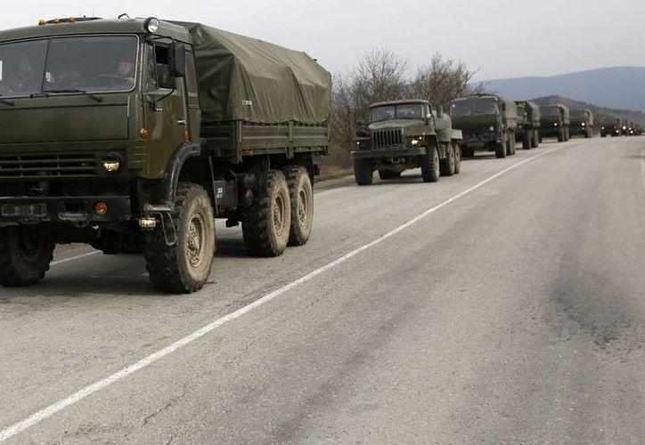 Un convoy militar ucraniano avanza desde Feodosia hacia Simferopol en Crimea, zona de conflicto político y militar. (Agencias)