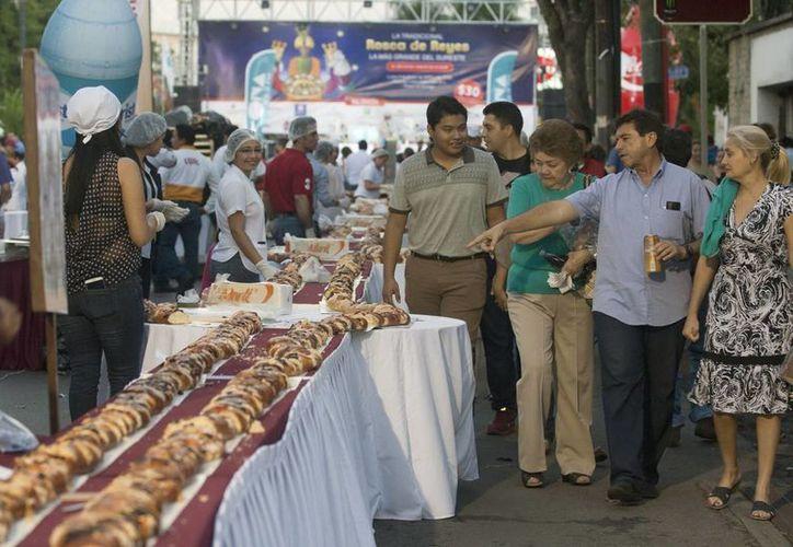 En el marco de los festejos relacionados con los Reyes Magos, se parte la tradicional Rosca. (Foto de contexto de Notimex)