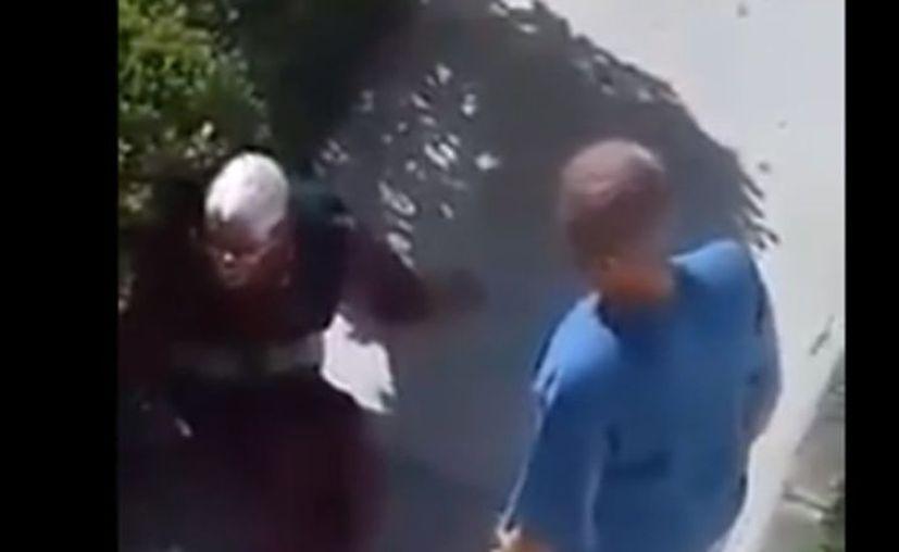 En un momento la abuelita cae al suelo y es pateada por su hija. (Captura de video)