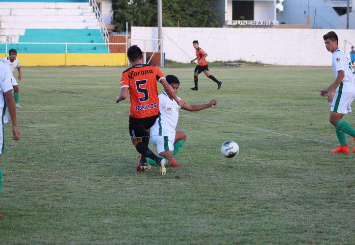 Los Tigrillos se salvaron de varias oportunidades de gol para los locales, entre las que destacan dos balones estrellados en los postes y un penalti atajado. (Miguel Maldonado/SIPSE)