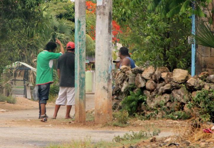 El año pasado, durante las elecciones, una persona fue asesinada en Peto. Imagen de contexto de un grupo de personas en calles de esta población. (Milenio Novedades)