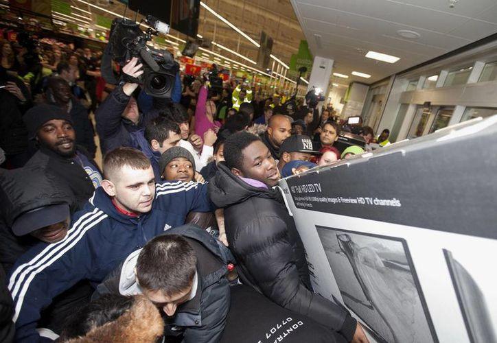 Más de 400 tiendas en Inglaterra ofrecieron descuentos de hasta el 90 por ciento. (AP)