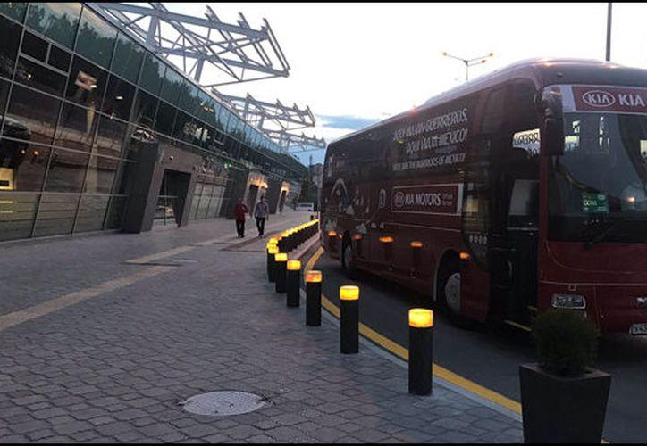 El aeropuerto se adecuó de tal modo que la comitiva azteca pasó por una puerta y aduana especial hasta llegar a su autobús. (Foto: Grupo Fórmula)