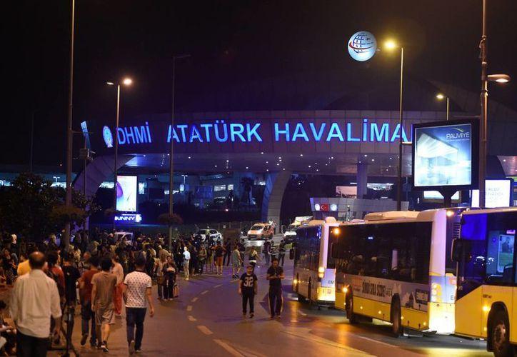 Por lo pronto, la cifra de víctimas mortales por las explosiones en el Aeropuerto de Estambul se elevó a 45. (Notimex)