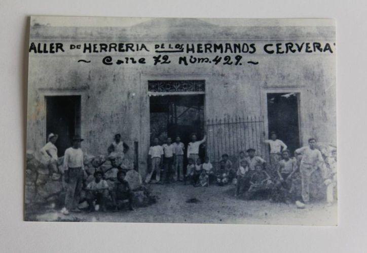 Fachada de la herrería de los hermanos Cervera Solís, en la calle 72 por 49 del primer cuadro de Mérida, donde se forjaron piezas del estadio Salvador Alvarado. (Fotos: Aldo Pallota)