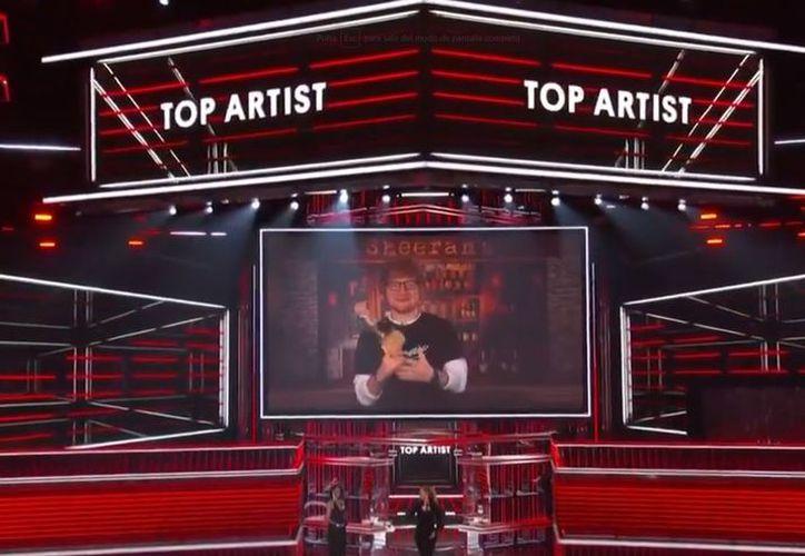 Ed Sheeran aceptó su premio estelar en un mensaje videograbado. (Twitter)