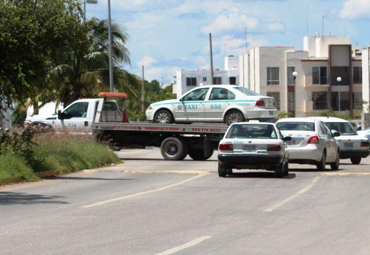 Aseguran que los taxis que se remiten tendrán que pagar una multa. (Octavio Martínez/SIPSE)