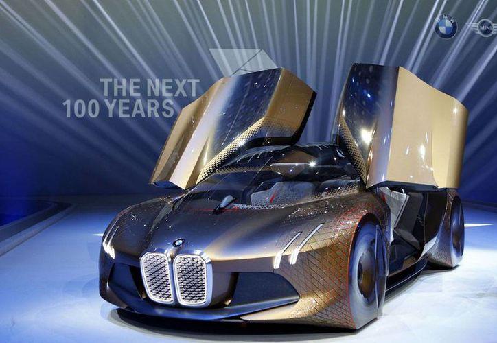 """El fabricante alemán de automóviles BMW presenta el auto concepto """"Vision Next 100"""" durante las celebraciones del 100mo aniversario de la compañía en Munich, Alemania, el lunes, 7 de marzo del 2016. (Foto AP/Matthias Schrader)"""