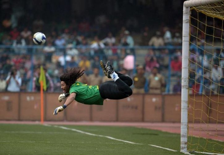 René Higuita realizó por primera vez el escorpión en el estadio de Wembley, Inglaterra, con la selección de Colombia en 1995. La misma jugada la reeditó esta vez en una piscina. (pulzo.com)