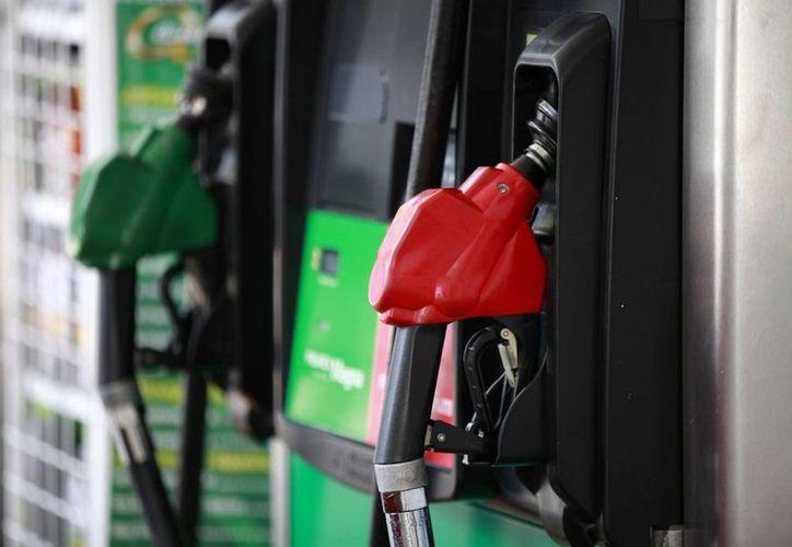 Este martes inicia formalmente el cambio diario de precios de las gasolinas en México. (Notimex)