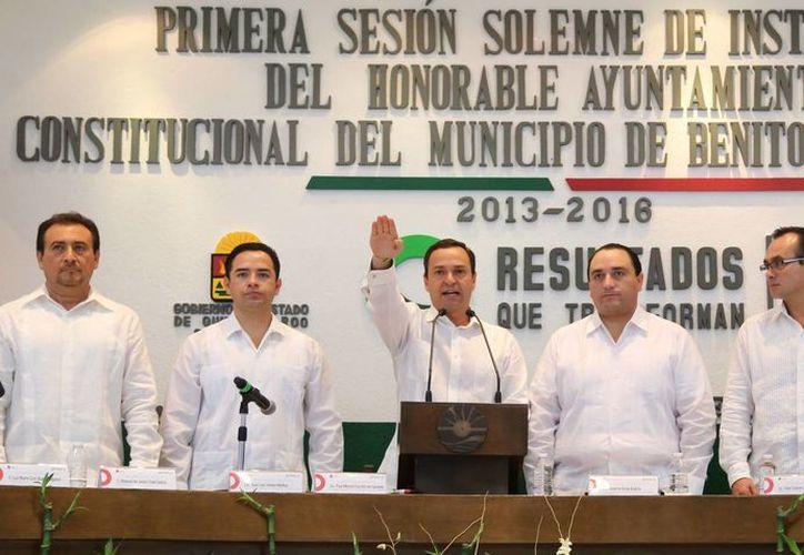 El nuevo alcalde acompañado de autoridades en el Palacio Municipal. (Tomás Álvarez/SIPSE)