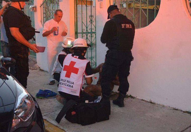 Paramédicos de la Cruz Roja auxiliaron al lesionado. (Redacción)
