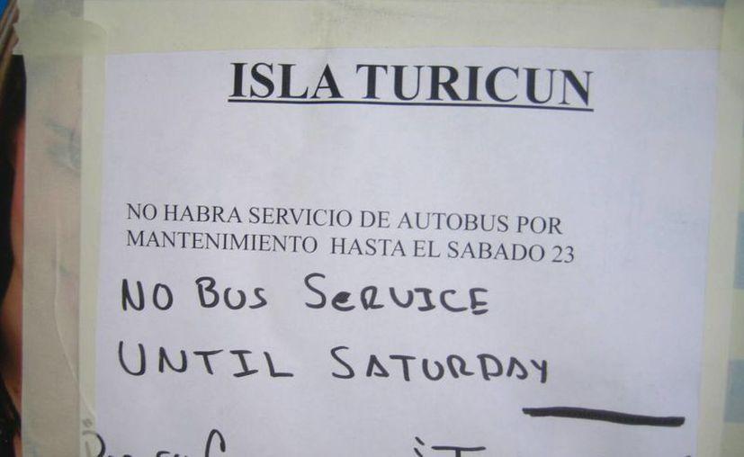 En una caseta telefónica se ubicó el avisto de suspensión del servicio. (Lanrry Parra/SIPSE)