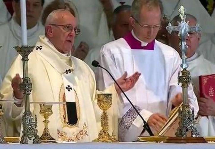 El poder que Dios da, debe ejercitarse sirviendo. En la foto, el Papa Francisco, este sábado durante la oración del Ppadre Nuestro en la Basílica de Guadalupe. (Excelsior.com)