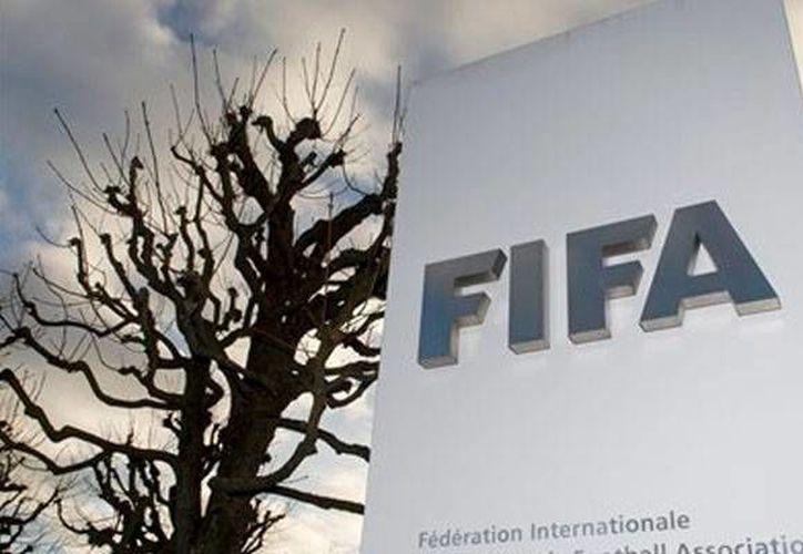 Las autoridades suizas han comenzado a tomar medidas fuertes contra los implicados en los casos de corrupción en FIFA. Este jueves se congelaron las 50 cuentas bancarias de directivos y exdirectivos del máximo organismo rector del futbol. (Foto de contexto Archivo AP)
