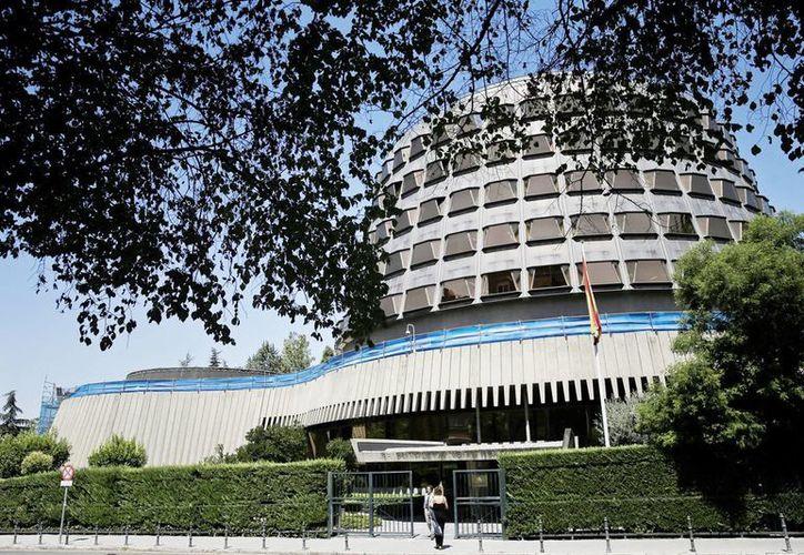 El Tribunal Constitucional español ha decidido hoy por unanimidad suspender la resolución del Parlamento de Cataluña en la que marca su hoja de ruta hacia la independencia y ha dado 20 días de plazo a la presidenta de la Cámara, Carme Forcadell, para que explique su actuación antes de una posible actuación contra ella. (EFE)