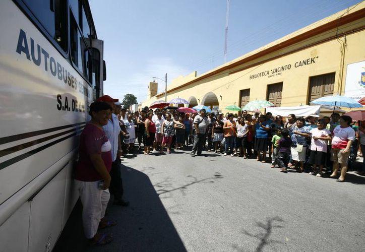 Imagen de los manifestantes en  Cholul, quienes exigen la salida de la empresa concesionaria, de la comisaría. (Jorge Sosa/SIPSE)