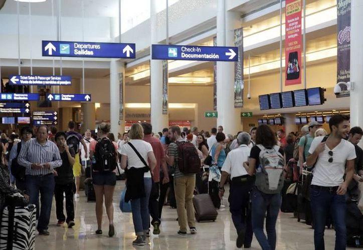 El trabajador fue detenido en el aeropuerto internacional de Cancún. (Redacción)