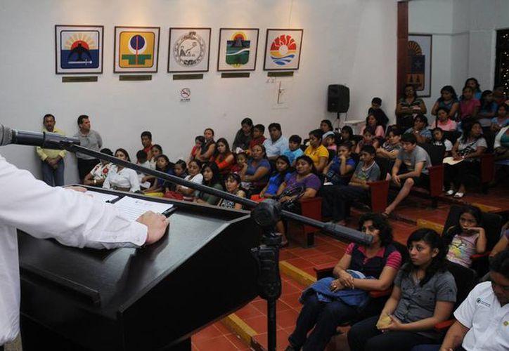 El alcalde dijo que se beneficiaron a 257 estudiantes de todos los niveles educativos. (Cortesía/SIPSE)