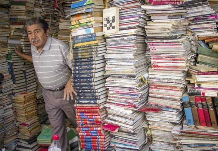 La librería Villanueva, marcada con el número 44 en la calle Antonio Caso en la Ciudad de México, es todo un 'carnaval' de libros que se desbordan hasta la acera. (Enrique Ordóñez/Cuartooscuro)