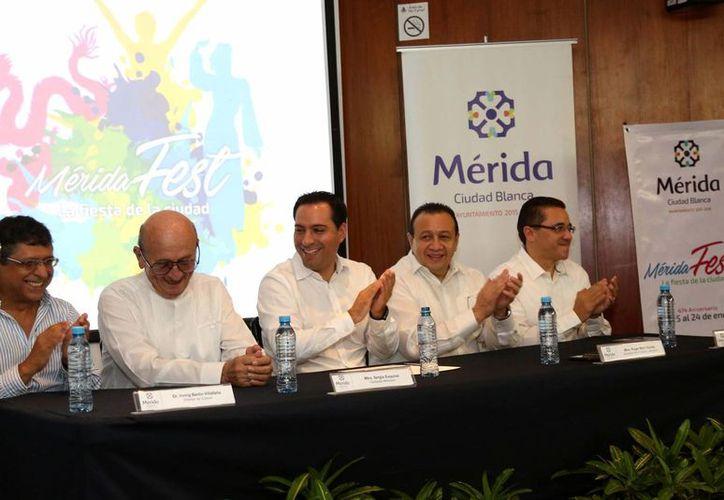 Como parte del Mérida Fest 2016 el cantautor Sergio Esquivel (segundo desde la izquierda) estrenará una canción dedicada a Mérida. (Foto cortesía del Gobierno de Yucatán)