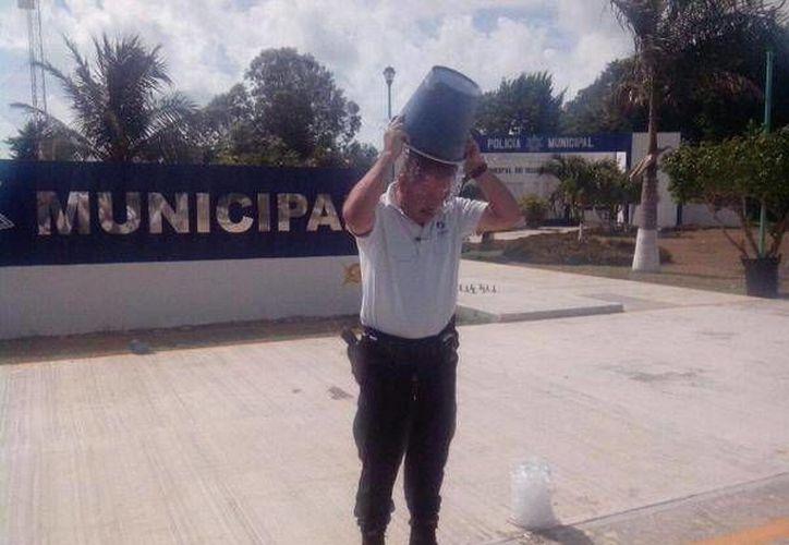 En la imagen se aprecia al Comandante cumpliendo con el reto del #IceBucketChallenge. (Cortesía/SIPSE)