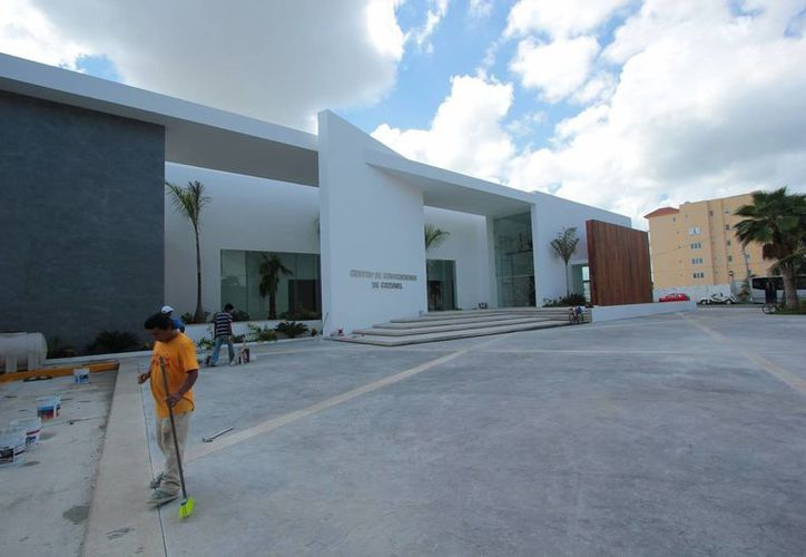 A casi 22 meses que inició el proyecto, ayer fue descubierta la fachada del recinto de convenciones de Cozumel. (Gustavo Villegas/SIPSE)