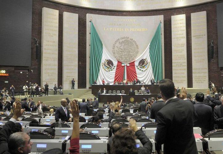 Muchos ansían llegar a la Cámara de Diputados por los jugosos sueldos que se pagan a los legisladores. (Notimex)