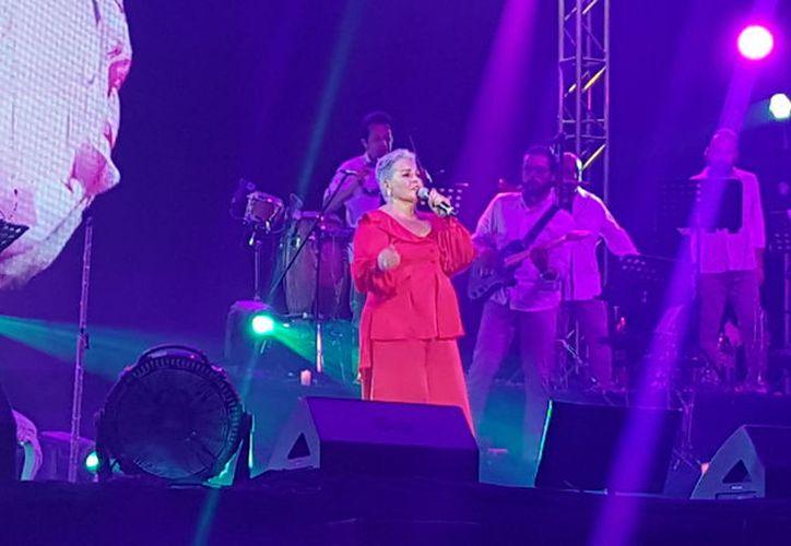 """Ataviada en un vestido rojo y luciendo una radiante sonrisa apareció en el escenario la """"Leona Dormida"""". (Jocelyn Díaz/SIPSE)"""