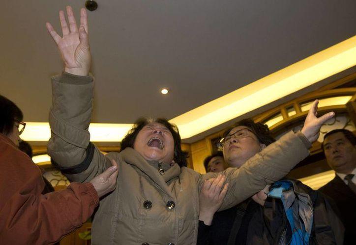 Los familiares de los pasajeros chinos del vuelo de Malaysia Airlines perdieron todas las esperanzas de encontrarlos con vida. (Agencias)