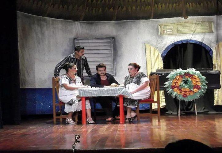 Fernando de Regil (al centro) expresa que algunos montajes deberían dar más funciones, por su calidad. (Milenio Novedades)