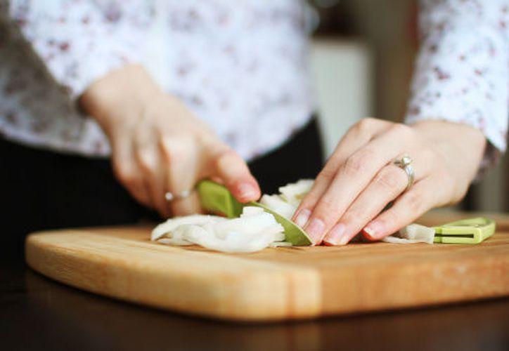 La cebolla puede producir una leve dermatitis y conjuntivitis irritante. (Contexto)