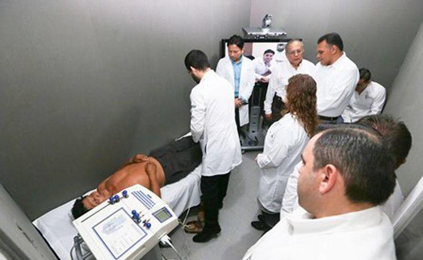 De visita en el Cereso meridano, el gobernador Rolando Zapata Bello puso en marcha este moderno esquema de asistencia. (Milenio Novedades)