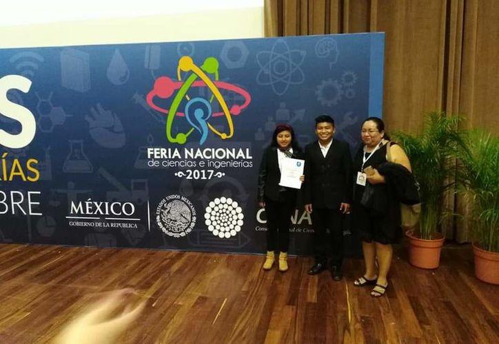Alba Yuselmi Hau May y José Eduardo Yam Chay estudian el tercer semestre en Emsad de Bachilleres. (Joel Zamora/SIPSE)