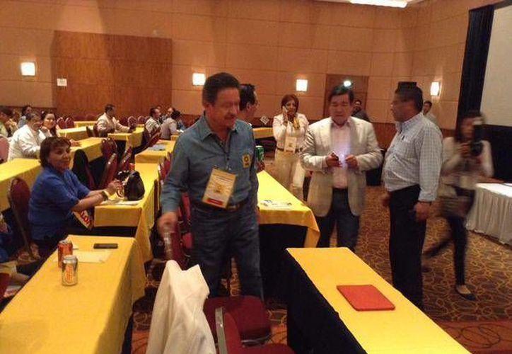 Carlos Navarrete (azul) en el Consejo Nacional del PRD. El aún dirigente anunció este sábado su salida del Sol Azteca y emitió una propuesta para revitalizar al partido. (Twitter: @Navarretecarlos)