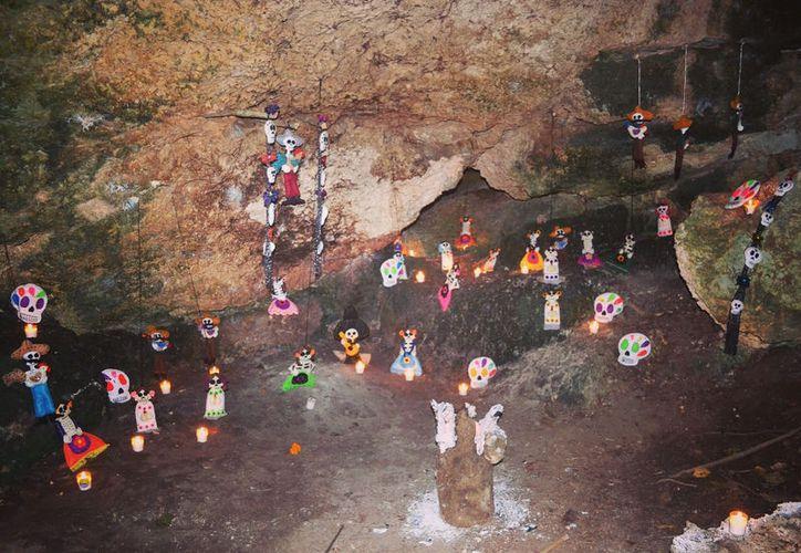 Entre velas, ofrendas y un colorido recorrido, se celebra a la muerte en Tres Reyes, Lázaro Cárdenas, Quintana Roo. (Fotografía: Redacción/SIPSE).